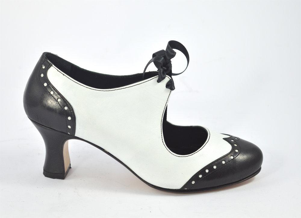 Γυναικείο παπούτσι χορού κλειστού τύπου από μαλακό άσπρο και μαύρο δέρμα