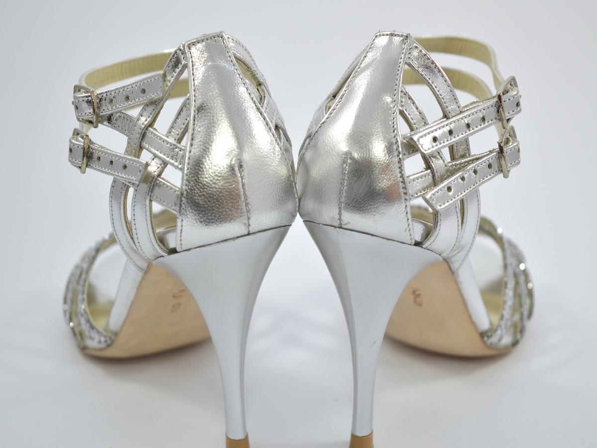 Νυφικό παπούτσι open toe με διπλό λουράκι σε συνδυασμό από ασημί γκλίτερ και ασημί δέρμα