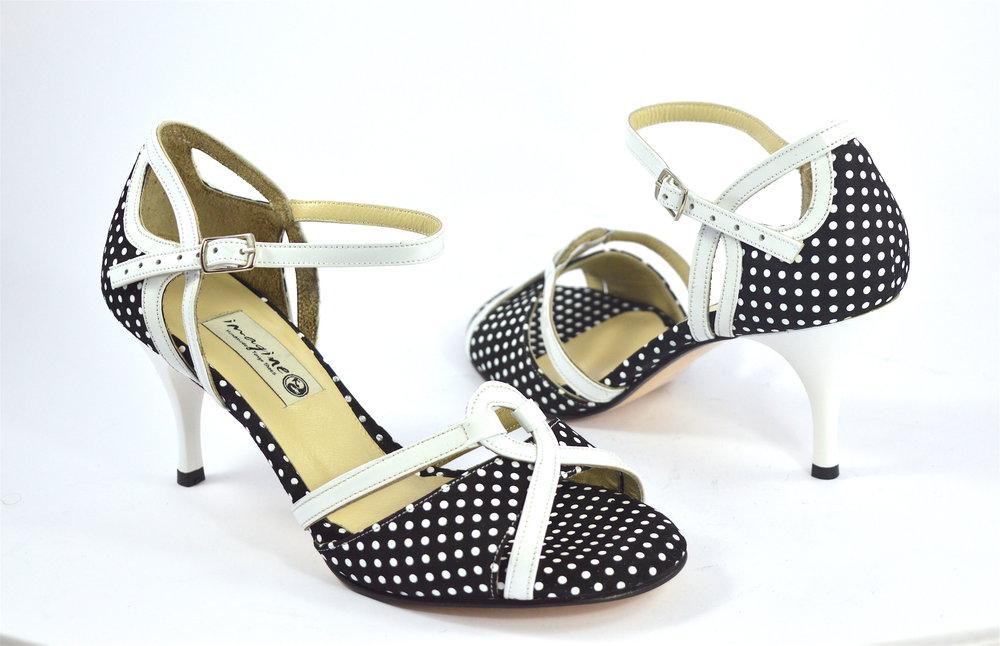 Γυναικείο παπούτσι tango open toe από λευκό λουστρίνι και ασπρόμαυρο πουά